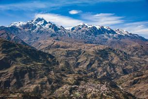 名峰イヤンプー峰とアンコウマ峰、山麓のソラタ村の写真素材 [FYI04595351]