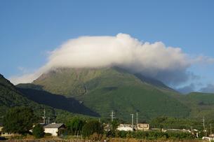 普賢岳と笠雲と青空の写真素材 [FYI04595610]