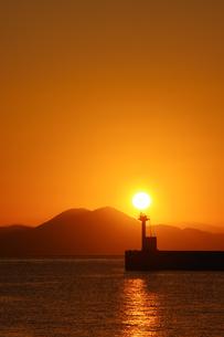 日の出と防波堤灯台と有明海の写真素材 [FYI04595611]