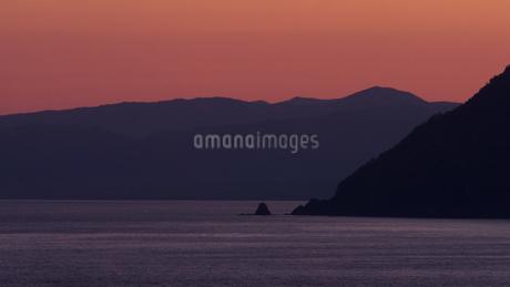 岬と山のある夕日の写真素材 [FYI04595843]