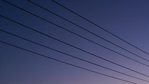 夕日と電線の写真素材 [FYI04595845]