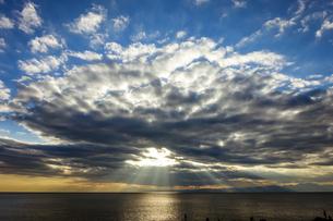 江ノ島の裏磯から夕暮れ時の空と海の写真素材 [FYI04595951]