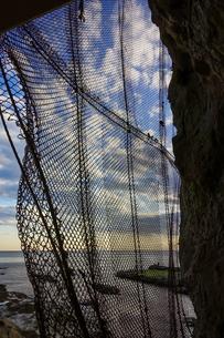江の島岩屋から夕暮れ時の海と空の写真素材 [FYI04595953]