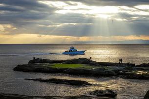 江ノ島の裏磯から夕暮れ時の空と海の写真素材 [FYI04595954]