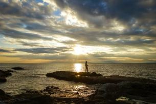 江ノ島の裏磯から夕暮れ時の空と海の写真素材 [FYI04595955]