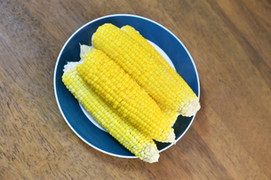 煮て塩を振ったトウモロコシの写真素材 [FYI04595959]