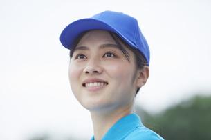 作業服を着た笑顔の若い女性の写真素材 [FYI04595998]