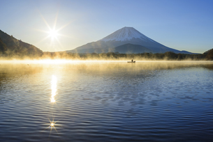 山梨県 気嵐立つ精進湖よりご来光と富士山の写真素材 [FYI04596027]