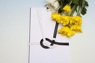 香典と菊の花の写真素材 [FYI04596095]