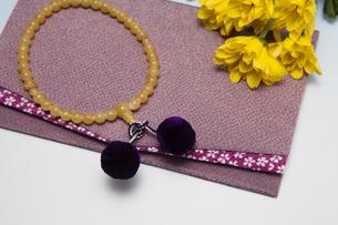数珠と菊の花の写真素材 [FYI04596096]