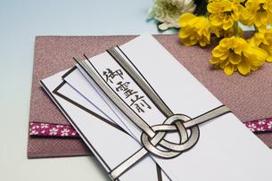 香典と菊の花の写真素材 [FYI04596097]