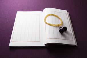 芳名録と数珠の写真素材 [FYI04596101]