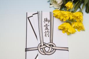 香典と菊の花の写真素材 [FYI04596147]