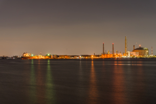 堺泉北臨海工業地帯の夜景と停泊中の船 高石市側からの写真素材 [FYI04596291]