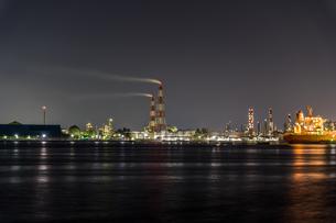 堺泉北臨海工業地帯の夜景と停泊中の船 高石市側からの写真素材 [FYI04596293]
