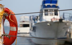 港の船と救命浮き輪の写真素材 [FYI04596370]