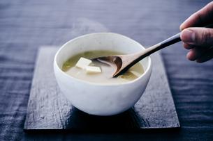 豆腐の味噌汁の写真素材 [FYI04596445]