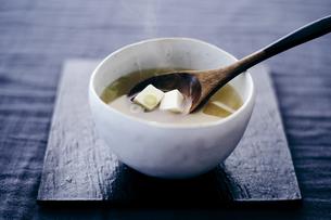 豆腐の味噌汁の写真素材 [FYI04596447]