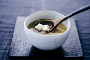 豆腐の味噌汁の写真素材 [FYI04596448]