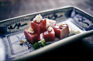 漬けマグロのリコッタチーズのせの写真素材 [FYI04596465]