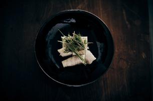豚肉と胡麻豆腐と香味野菜の写真素材 [FYI04596470]