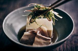 豚肉と胡麻豆腐と香味野菜の写真素材 [FYI04596471]