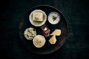 プレートにのせた和食の写真素材 [FYI04596477]