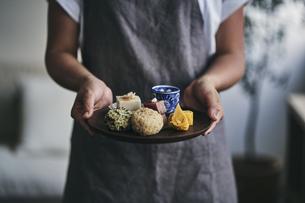 プレートにのせた和食を運ぶ女性の手元の写真素材 [FYI04596478]