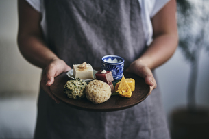 プレートにのせた和食を運ぶ女性の手元の写真素材 [FYI04596479]