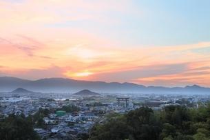 山の辺の道より望む夕焼けの大和三山の写真素材 [FYI04596811]