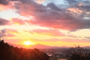 山の辺の道より望む二上山落陽の写真素材 [FYI04596818]