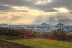 山の辺の道より望む大和三山と天使のはしごの写真素材 [FYI04596819]