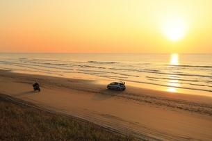 夕暮れの千里浜なぎさドライブウエイ の写真素材 [FYI04596838]