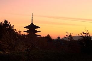 夕暮れの八坂の塔と京都市街の写真素材 [FYI04596874]