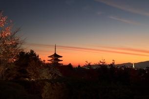 夕暮れの八坂の塔と京都市街の写真素材 [FYI04596876]