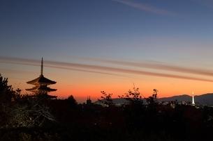 夕暮れの八坂の塔と京都市街の写真素材 [FYI04596877]