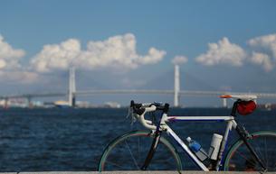 ベイブリッジと自転車の写真素材 [FYI04596886]