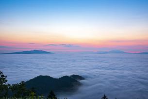 津別峠より望む雲海と朝焼けの写真素材 [FYI04597059]