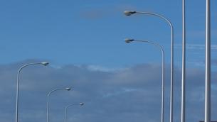 青空と街燈の写真素材 [FYI04597141]