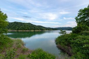 北海道 桂沢湖の夏の夕景の写真素材 [FYI04597222]
