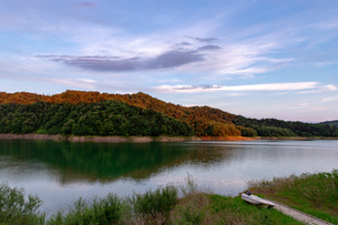 北海道 桂沢湖の夏の夕景の写真素材 [FYI04597223]