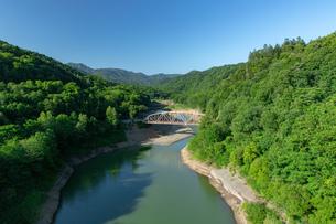 北海道 桂沢湖の夏の風景の写真素材 [FYI04597230]