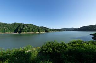 北海道 桂沢湖の夏の風景の写真素材 [FYI04597232]
