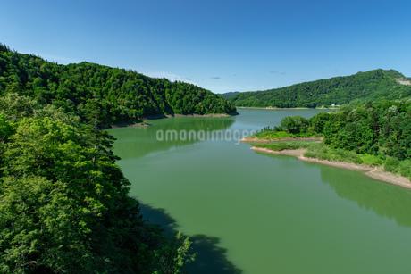 北海道 桂沢湖の夏の風景の写真素材 [FYI04597233]