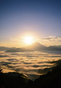山梨県 雲海と富士山からの御来光の写真素材 [FYI04597243]