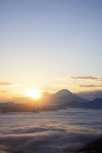山梨県 雲海と富士山からの御来光の写真素材 [FYI04597244]