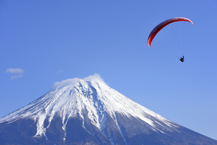 静岡県 富士山とパラグライダーの写真素材 [FYI04597245]