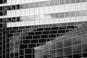 ガラスで構築されたビルの壁面の写真素材 [FYI04597247]
