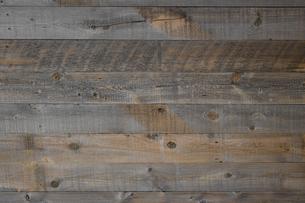 背景素材としてのアンティーク調の板張りの壁面の写真素材 [FYI04597254]