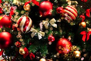 クリスマスツリーに飾られたオーナメントのクローズアップ写真の写真素材 [FYI04597353]